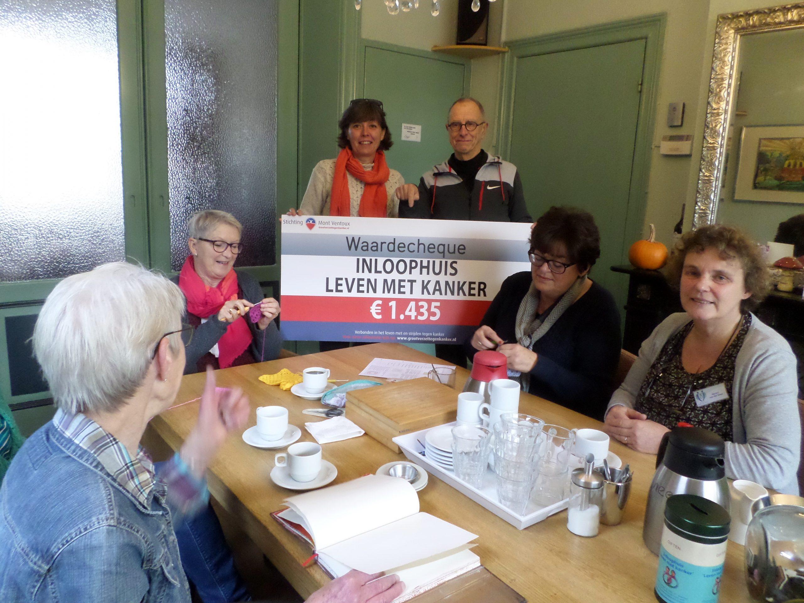 Ada En Gerard Overhandigen De Cheque Aan Gasten En Vrijwilligers